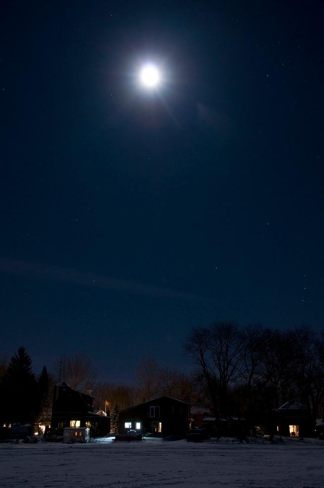 Moonlight-over-lake-Scugog-cabins