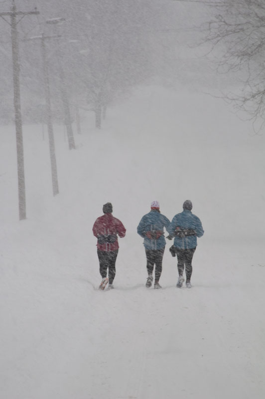 runners-in-snow