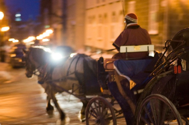 horse-carriage-at-night-quebec-city
