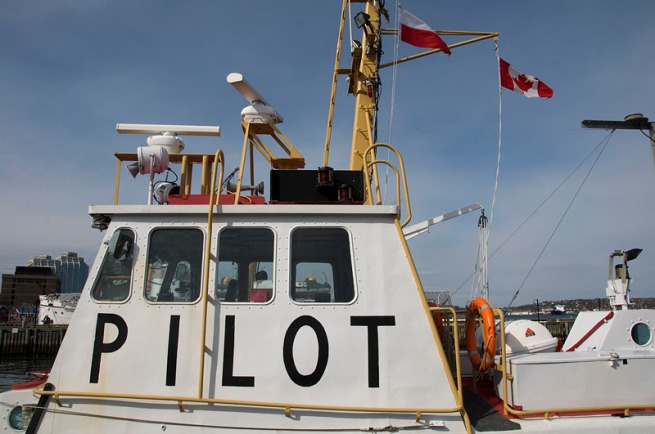 pilot-boat-with-flag